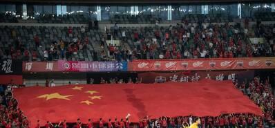 深圳球迷看台出现巨型国旗TIFO