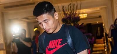 中国男足离开迪拜启程回国 众将难掩失望之情
