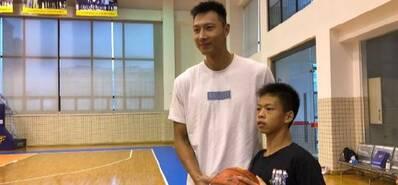 獨臂籃球少年和阿聯合影 獲得杜鋒盛贊