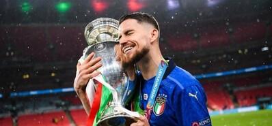 让蓝色三次征服欧洲 若日尼奥斩获欧足联最佳球员