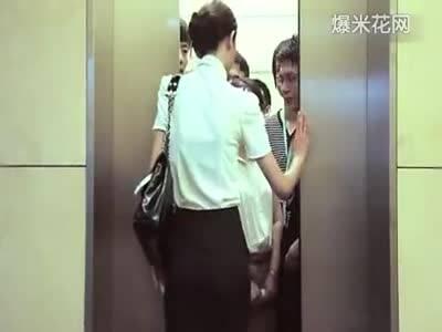美女赶时间裸身上电梯