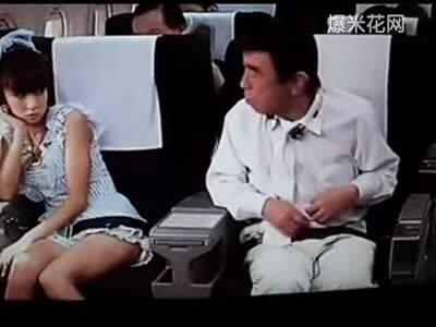 日本搞笑大叔飞机上调戏邻座萝莉偷袭空姐