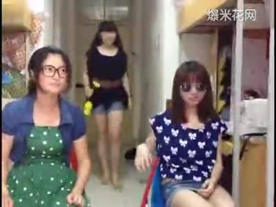大学女生宿舍美腿学姐模仿吴莫愁激情演唱