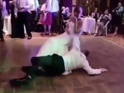 新郎婚礼上醉酒出糗 新娘尴尬掩面