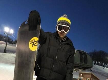 吴亦凡化身滑雪酷boy 王思聪评论:去戴个头盔_春讯网