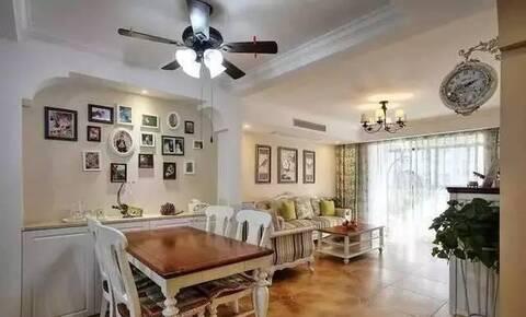 客厅摆放的是欧式沙发,沙发后面挂了3幅油画,方便还做了一个储物柜,就