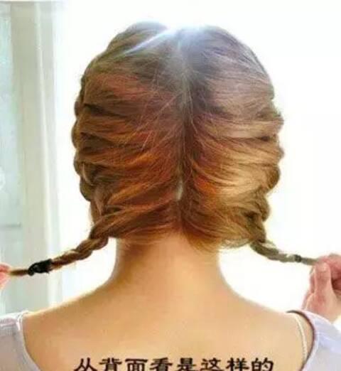 然后是另一边的头发,也用相同的手法挑起来头发,编成横向的蜈蚣辫,发图片