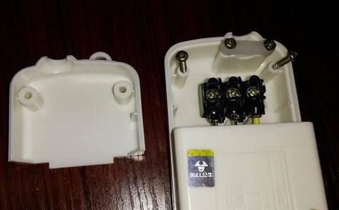 独立接线盒,和插座仓单独分开,有电缆固定卡.