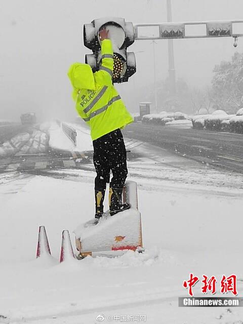 交警徒手去除积雪