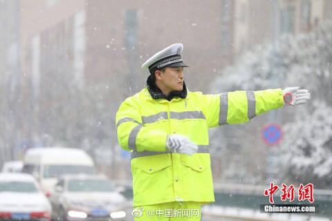 交警冒雪指挥交通