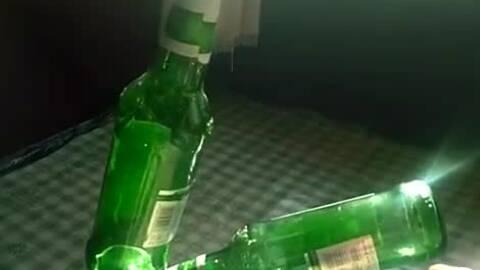 巧用卫生卷纸和螺丝刀开啤酒瓶