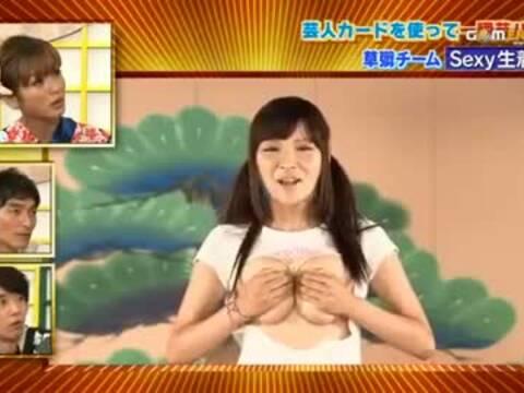 日本美女捂胸不用手穿裤子