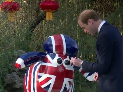 """威廉王子为小羊""""点睛"""" :开启中英文化交流年"""