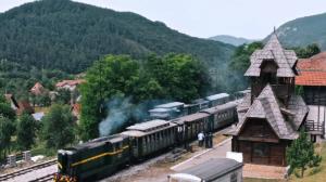 塞尔维亚:乘一条伟大的山岳铁路 探访传奇木头村寨|钱柜娱乐真人