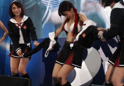 日本电玩展尺度就是大 美女舞台上互扒衣