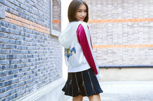 Miss微博秀短裙装美照 看腿长至少得有1米5