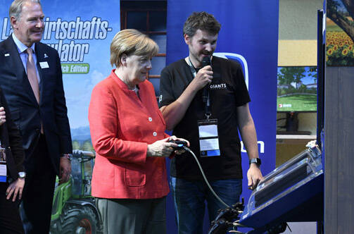 德国总理现身科隆游戏展 现场还玩了把游戏