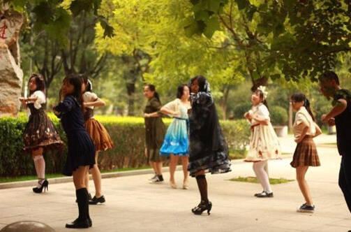 济南一高校动漫社小姐姐献舞 新生都看呆了