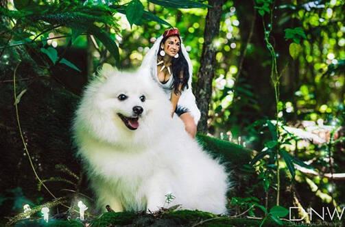 """美女拍""""幽灵公主""""写真 结果被一只狗抢镜"""
