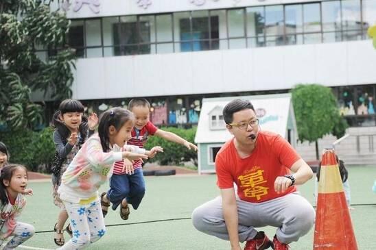 组图:山西男幼师的一天 乐当孩子王也是父亲
