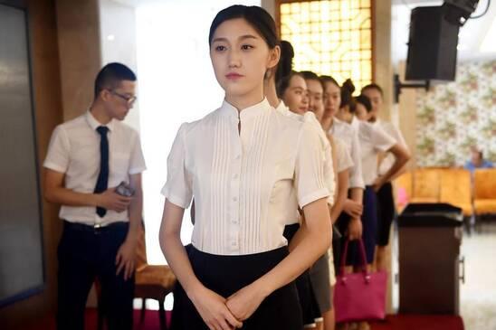 组图:女大学生参加空乘招聘考试 梦想当空姐