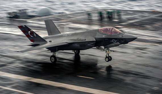 """這活兒只有""""咸狗""""能干!F-35C雨中航母起降測試"""
