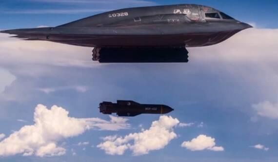 """美軍""""炸彈之王""""堪比戰術核彈 藏在地下也難逃一擊"""