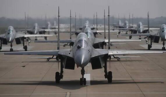 """十余架殲-16上演""""大象漫步""""演練大機群起飛作戰"""