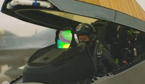 美军首位F-22女飞行员亮相 颜值学历颇高