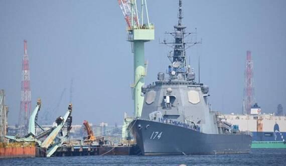 台风吹翻军港起重机 险些砸到日本宙斯盾战舰