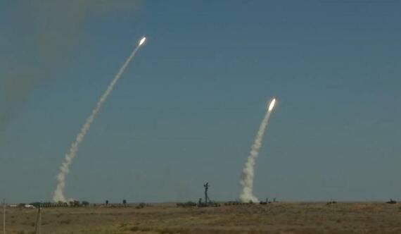 S400在参加大型防空演习 超远程空空导弹亮相