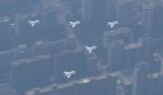 直-20、轟-6N、殲-20戰機震撼亮相閱兵