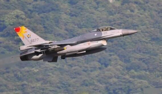 """台军F16加挂美制铁炸弹 模拟轰炸""""敌登陆船团"""""""