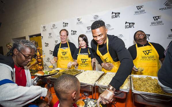 NBA球星参加社区活动庆祝感恩节