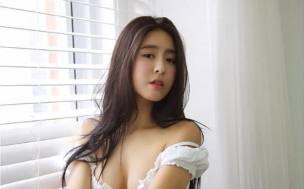 韩国E杯女神晒私照 蜂腰蜜桃臀招人眼