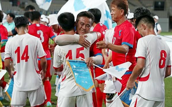 韩朝工人统一足球赛举行 球员紧紧相拥