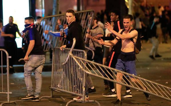 催泪弹vs扔家具!法国晋级球迷和警方场外开战