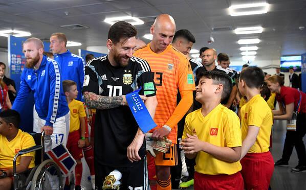 入场通道的故事 球员与小球童的暖心瞬间
