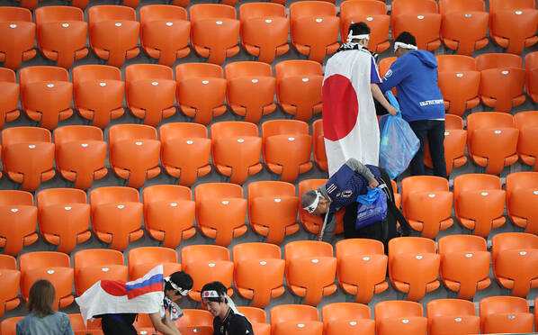 高素质!日本球迷赛后清理看台垃圾
