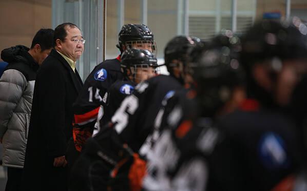 中国冰球天才之父被捕 数月前还现场观战