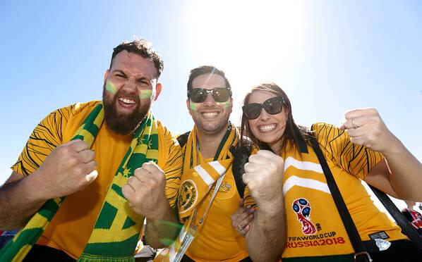 丹麦Vs澳大利亚赛前 球迷搞怪打扮来助威