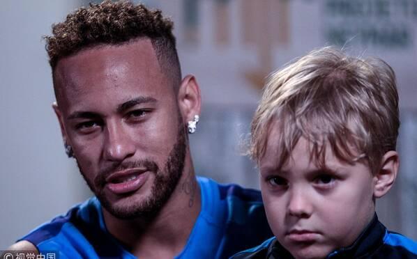 内马尔出席慈善活动 与儿子出镜画面温馨