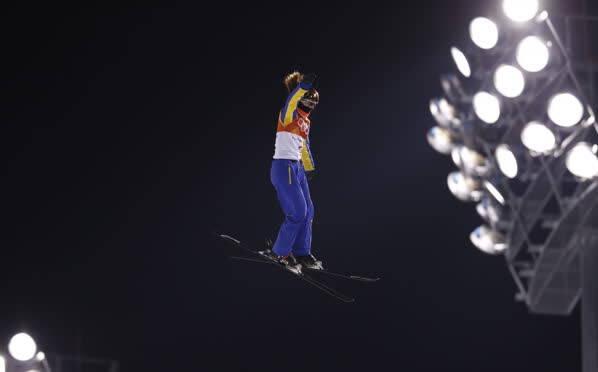 凤凰直击——自由滑雪女子空中技巧徐梦桃摔倒