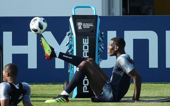 法国队现身备战 博格巴坐颠足球秀脚法