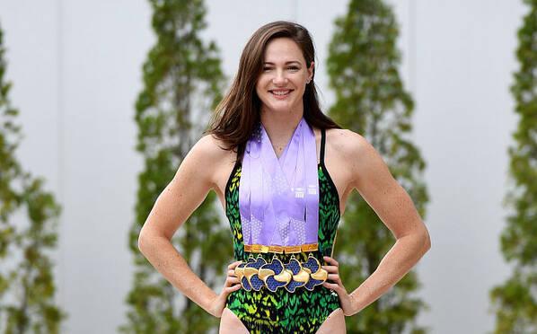 澳大利亚女泳名将写真 戴5金牌秀长腿