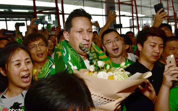 泪目!上千国安球迷送别 施密特满含热泪