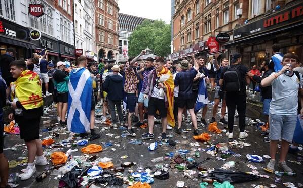 苏格兰球迷聚集伦敦街头 所到之处一片狼藉