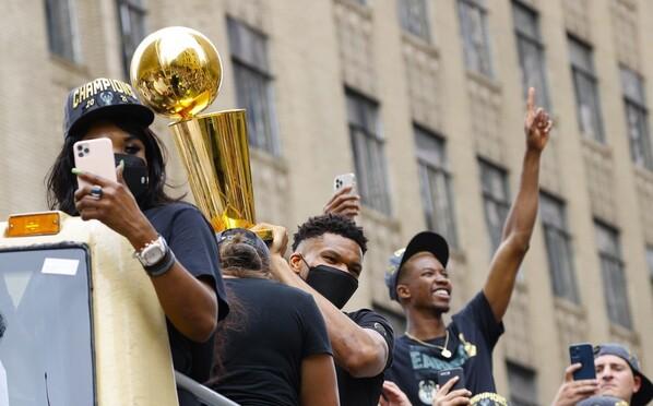 雄鹿NBA夺冠游行字母哥高举奖杯 密尔沃基全城狂欢