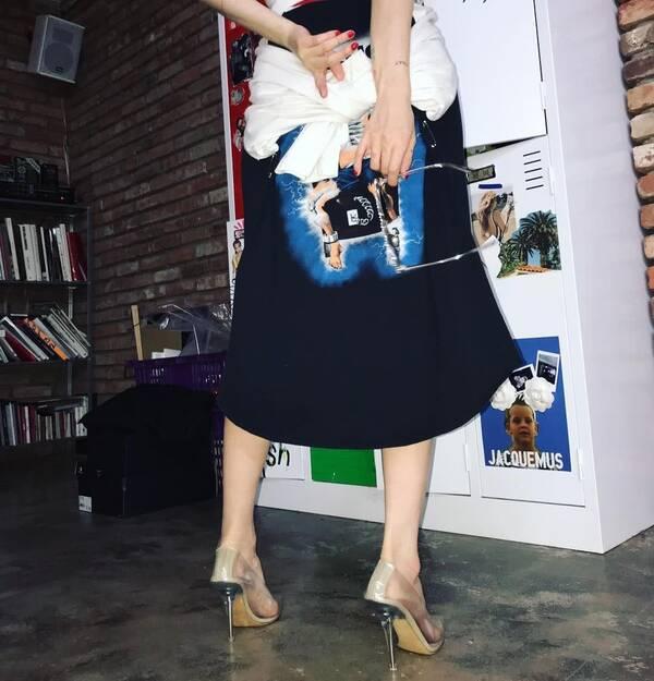 裙子的背面则印着一个带着脚镣的男子,不得不说,泫雅真的是太敢穿了.