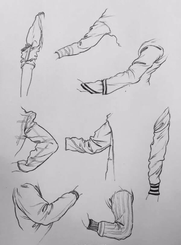 结构动作挤压而形成的 一般在关节处以及裤头的前后 还有衣袖及和鞋子